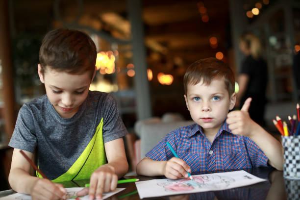 Dibujo de niños con lápiz - foto de stock