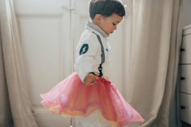 Jungs verkleiden sich und tanzen – Foto
