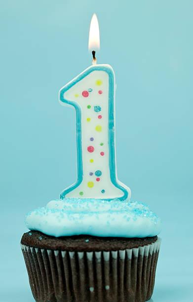 jungen-erste geburtstag cupcake - nummer 1 kuchen stock-fotos und bilder
