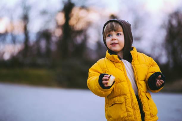 jungs lieben schnee - kinder winterstiefel stock-fotos und bilder