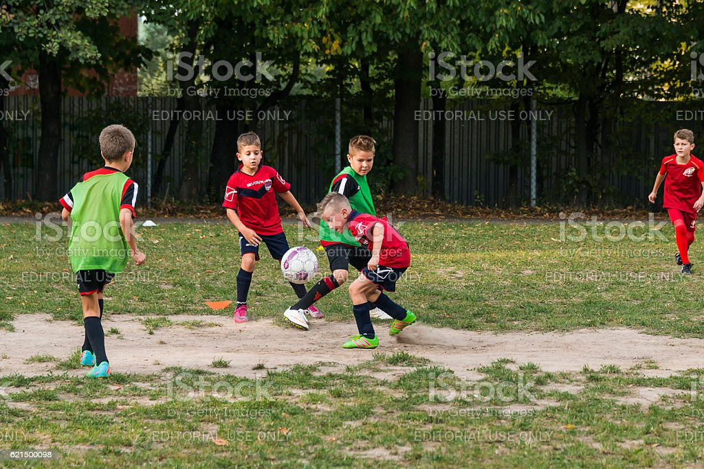 Boys play football on the sports field Lizenzfreies stock-foto