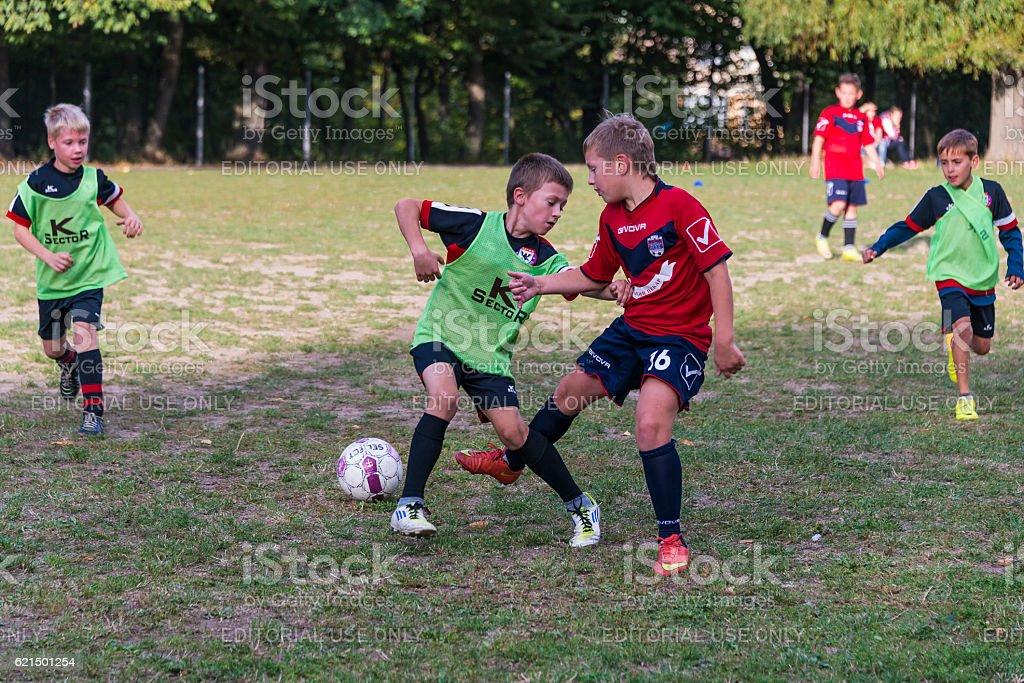 Boys play football on the sports field Lizenzfreies stock-foto