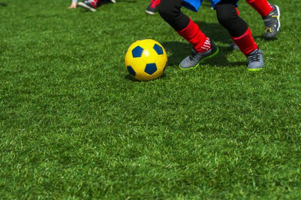 Jungs spielen Fußball – Foto