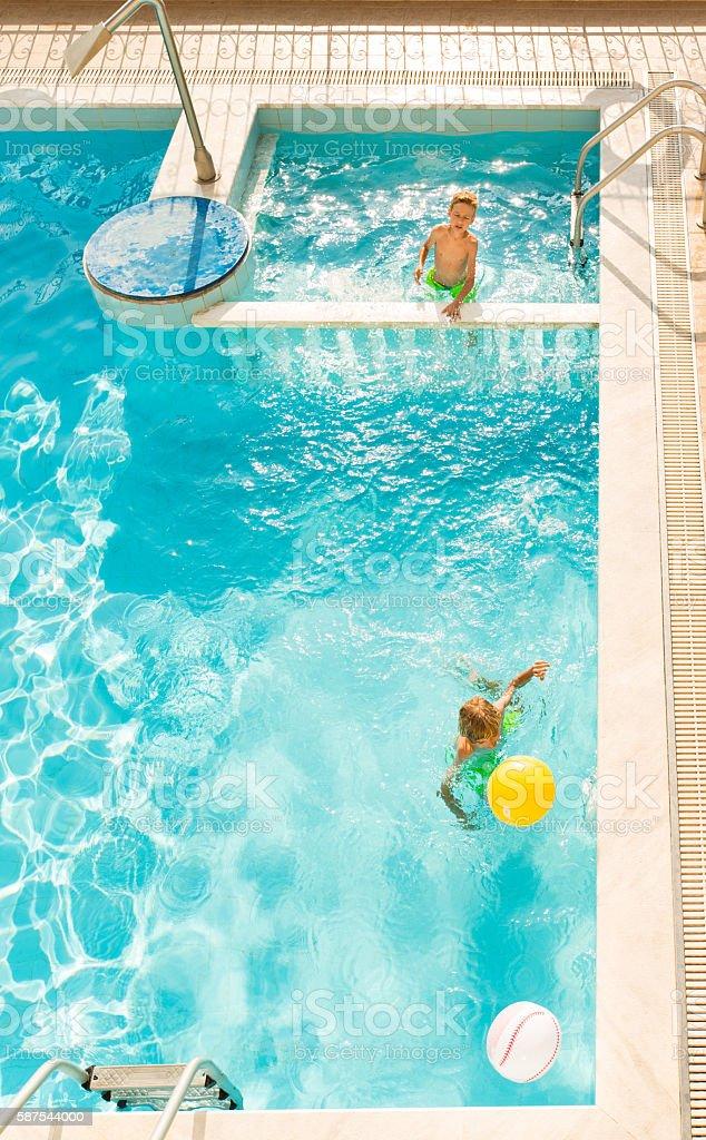 Garçon jouant dans la piscine - Photo