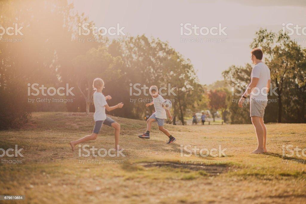 Garçons jouant au Soccer dans le parc - Photo