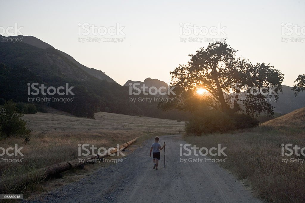Boys running down gravel road foto de stock libre de derechos