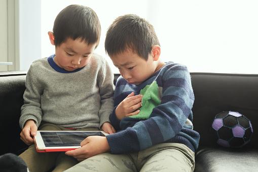 Jongens Toont Sociale Media Thuis Door Digitale Tablet Stockfoto en meer beelden van 4-5 jaar