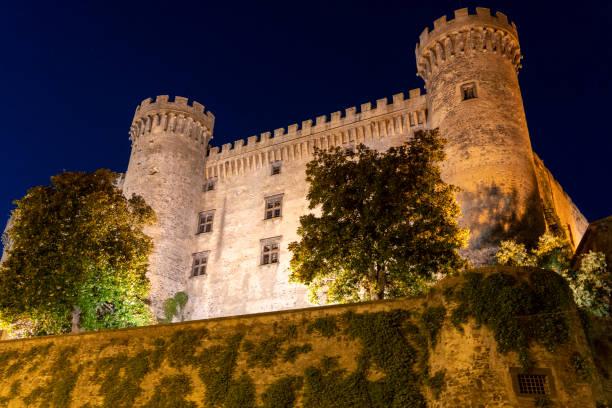 Bracciano, Roma: o castelo medieval em a noite - foto de acervo