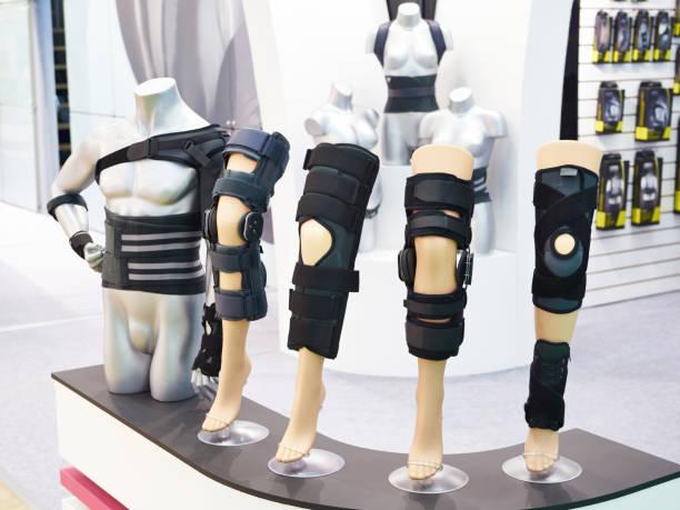 klammer am kniegelenk mit sleeve neopren im store - orthopädisches hilfsmittel stock-fotos und bilder