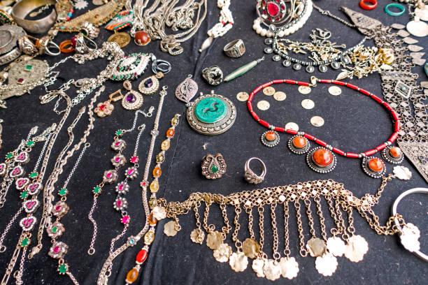 armbänder und halsketten auf einem marktstand - ohrringe tropfen stock-fotos und bilder