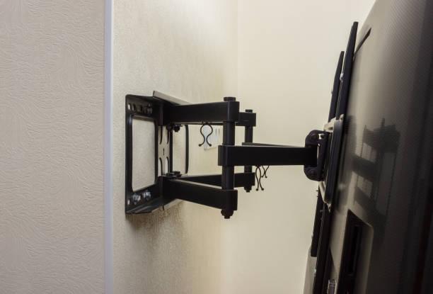 tv-halterung led angezeigt. schwenkbare halterung für tv. - monitor wandhalterung stock-fotos und bilder
