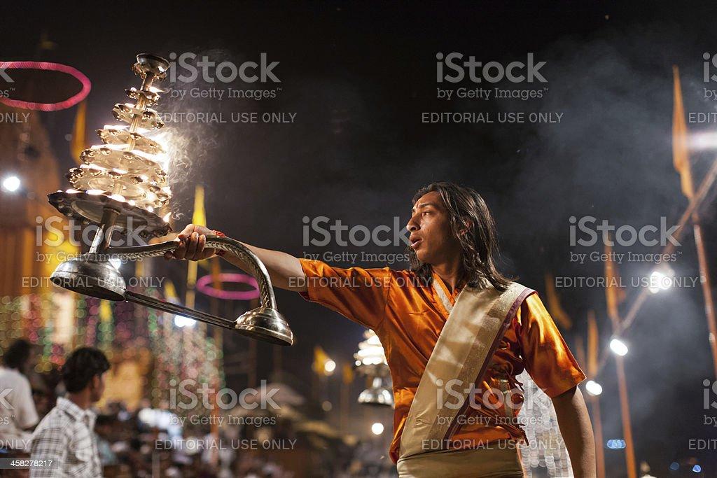 Brahim priest conducting Hindu ceremony in Varanasi foto