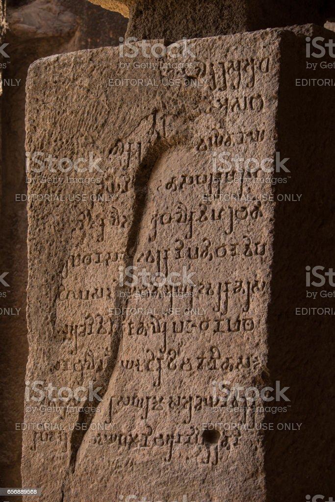 Brahmi Stein Inschrift, Kanheri Höhlen, Mumbai, Indien – Foto