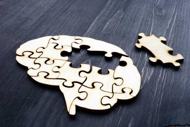 cerebro de rompecabezas de madera. salud mental y problemas con la memoria. - brain fotografías e imágenes de stock