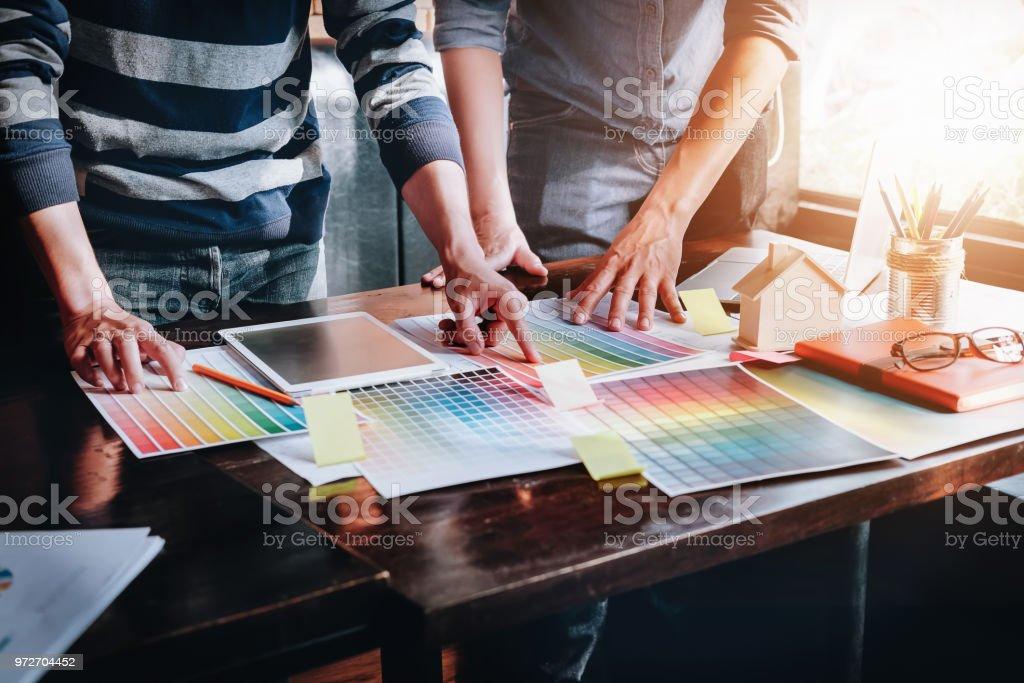 Brainstorm Designer Grafik creative Kreativität Konzept, Team mit Tablet Computer Laptop Grafik-Design Farbe Ideen Stilhaus bestellen Kunden Färbung. – Foto