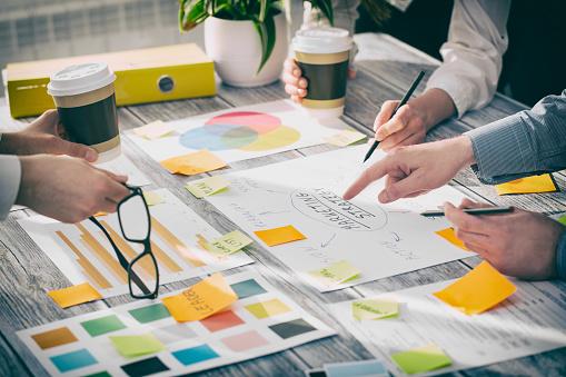 Brainstorming Brainstorming Geschäftsleute Designkonzepte Stockfoto und mehr Bilder von Arbeiten