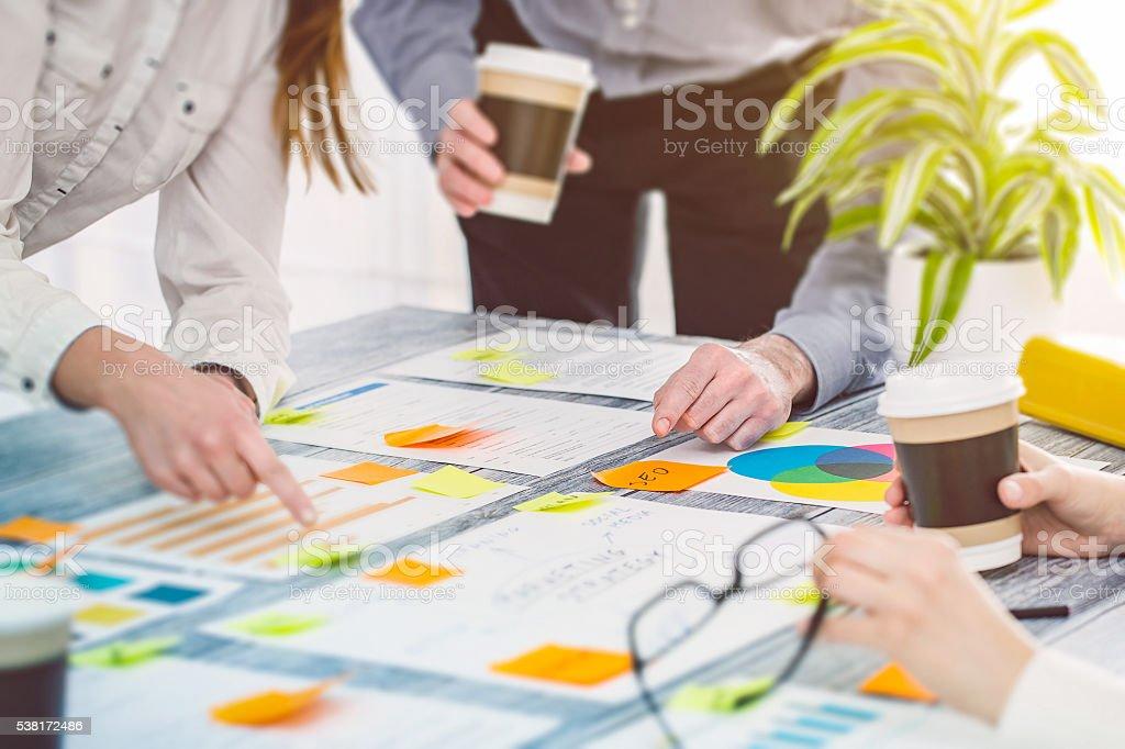 Brainstorming Brainstorming Geschäftsleute Design-Konzepte Lizenzfreies stock-foto