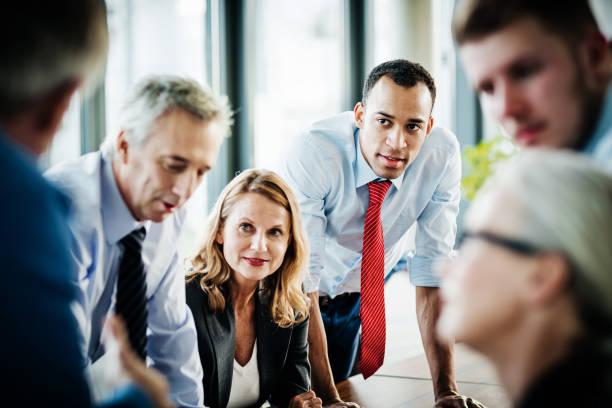Brainstorming-Sitzung zwischen Geschäftsangestellte – Foto