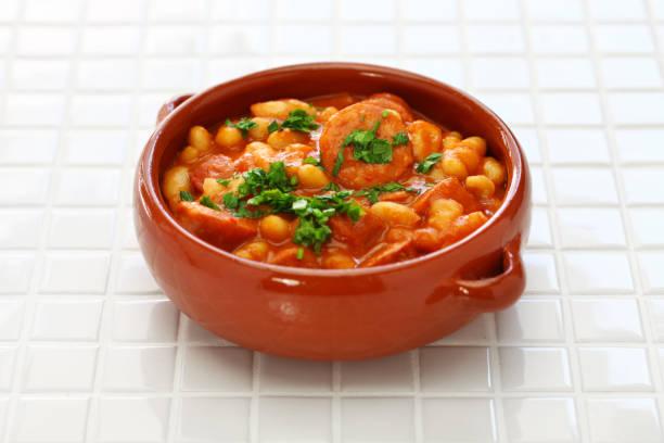 geschmort mit chorizo und weißen kidney-bohnen, spanische tapas essen - chorizo wurst stock-fotos und bilder