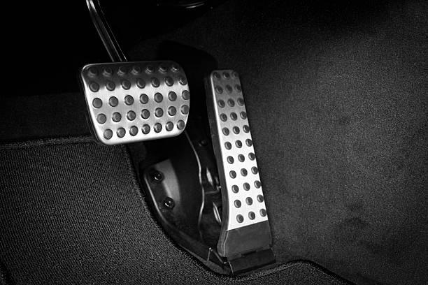freno y pedal acelerador - pedal fotografías e imágenes de stock