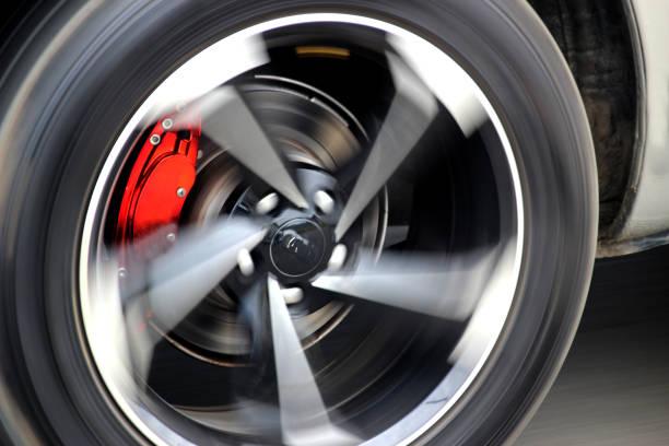 bremssättel an einem schnell fahrenden auto - bremse stock-fotos und bilder