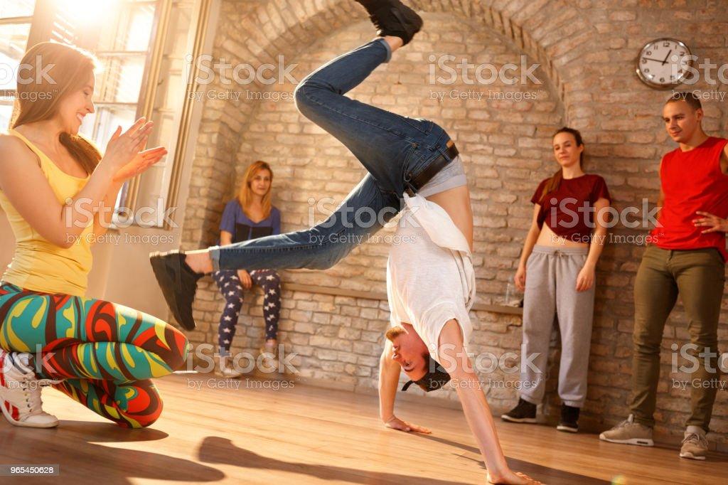 Danseur de frein ayant des performances dans la salle de danse - Photo de A la mode libre de droits