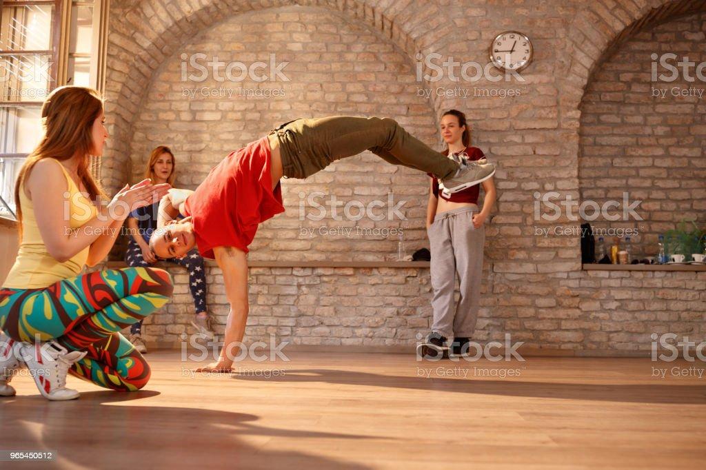Brake dancer making performance zbiór zdjęć royalty-free