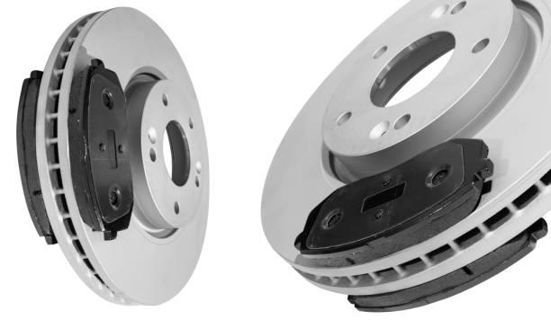 Bremsscheiben und Bremsbeläge auf weißem Hintergrund isoliert. Auto-Teile. Bremsscheibenrotor auf weiß isoliert. Bremsscheibe. Auto-Teil. Auto Detaillierung. Ersatzteile. Schwarz und Weiß – Foto