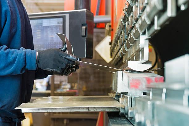 bremse drücken sie die betreiber im büro in einem metall-fabrik - blech stock-fotos und bilder