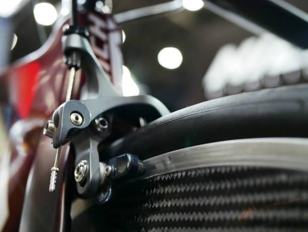 bremsen auf das vorderrad - stahlrahmen rennrad stock-fotos und bilder