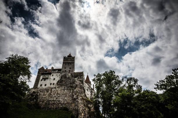 schloss bran (dracula) und launisch wolkengebilde, kleie, siebenbürgen, rumänien - graf dracula stock-fotos und bilder