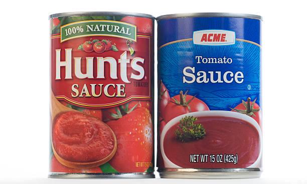 nazwa marki w porównaniu z ogólną sos pomidorowy - brand name zdjęcia i obrazy z banku zdjęć