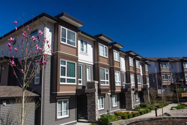 새로운 아파트 건물 화창한 날에 피 나무와 봄. - 아파트 뉴스 사진 이미지