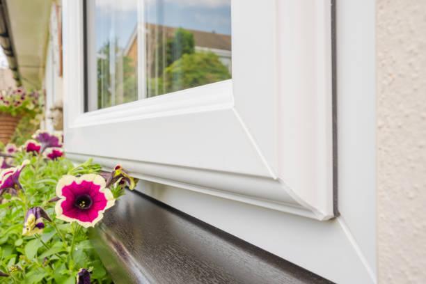 gloednieuwe geïnstalleerde dubbele beglazing windows gezien geïnstalleerd op een huis annex. - geglazuurd stockfoto's en -beelden