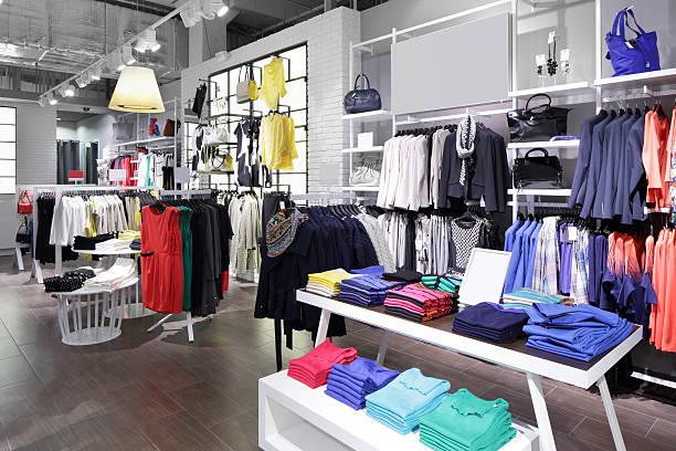Nouvel intérieur de magasin de vêtements - Photo