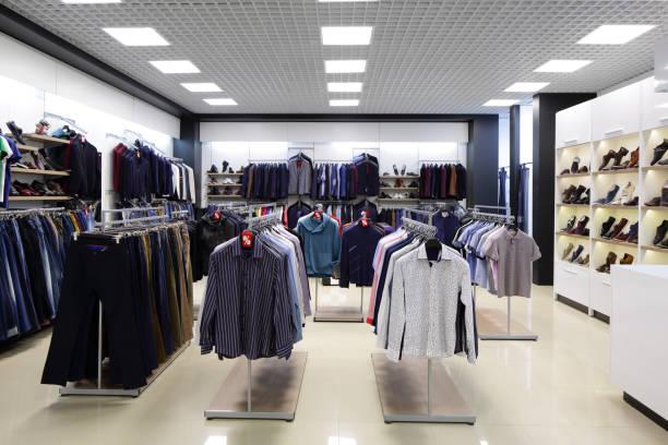 gloednieuwe interieur van doek winkel - kledingwinkel stockfoto's en -beelden