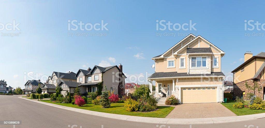 Nouvelle maison dans la banlieue dans le soleil de l'après-midi d'été - Photo
