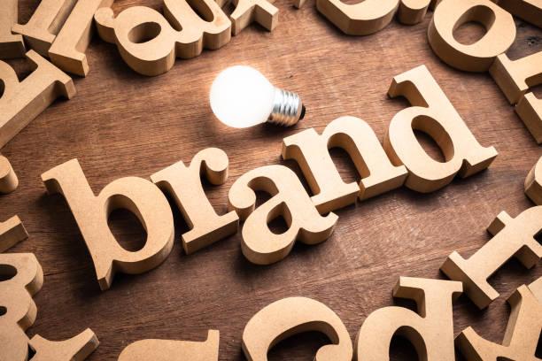 brand wood word - inserzione pubblicitaria foto e immagini stock