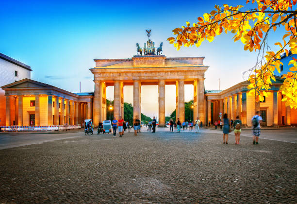 brandenburg gate at night, berlin - outcrop stock pictures, royalty-free photos & images