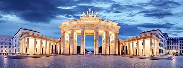 brandenburger tor in berlin, deutschland – panorama - berlin mitte stock-fotos und bilder