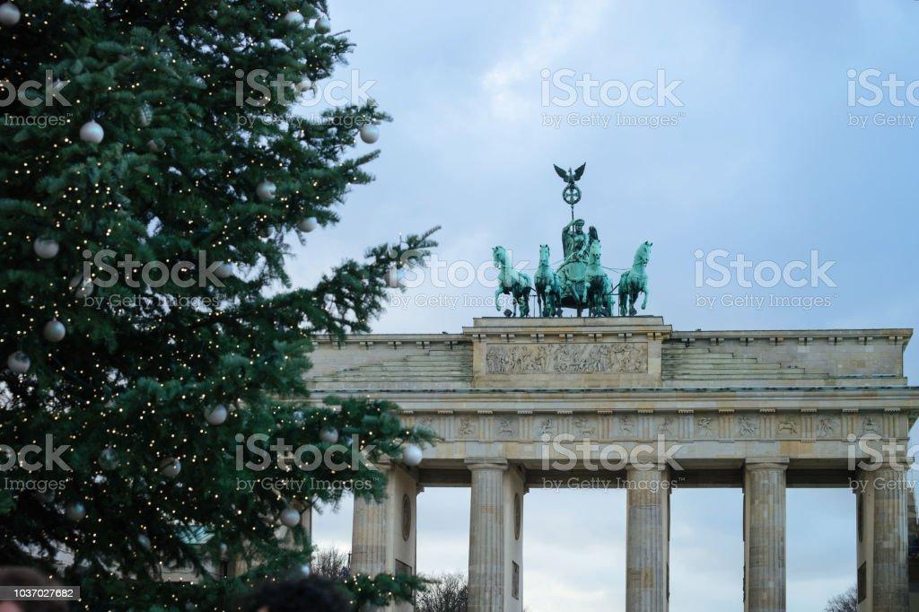 Weihnachtsbaum Berlin.Brandenburger Tor Gebäude Und Weihnachtsbaum Berlin Stockfoto Und