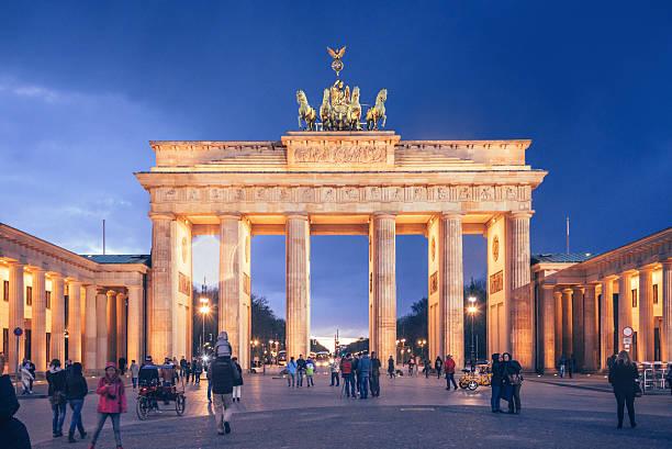 ブランデンブルグ門ベルリンでの夕暮れ - グローサーシュテルン広場 ストックフォトと画像