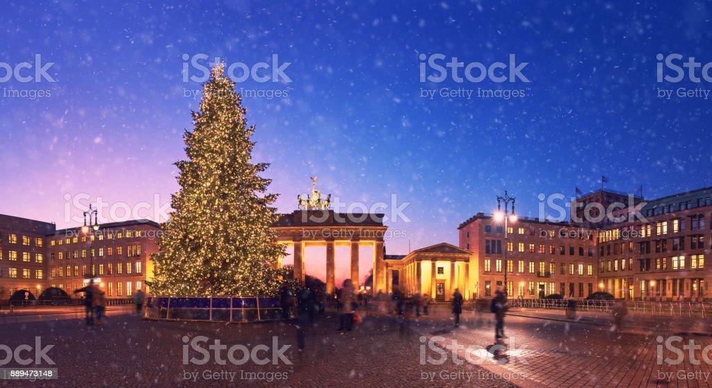 brandenburger tor in berlin mit weihnachtsbaum und. Black Bedroom Furniture Sets. Home Design Ideas