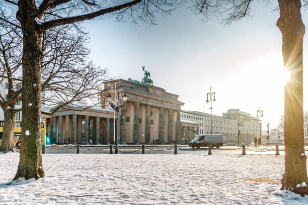 brandenburger tor in berlin am sonnigen wintertag - berlin mitte stock-fotos und bilder