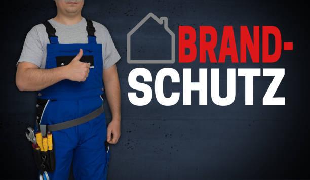 Brandschutz (im deutschen Brandschutz) Konzept und Handwerker mit Daumen nach oben – Foto