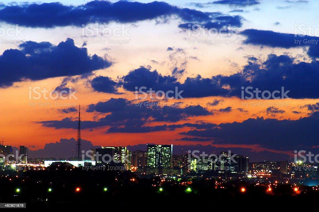 Brasília da cidade ao pôr-do-sol - foto de acervo