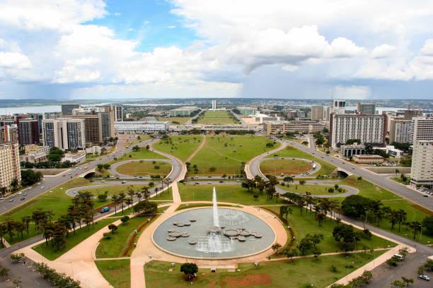 brasilia skyline, the federal capital of brazil - бразилия стоковые фото и изображения