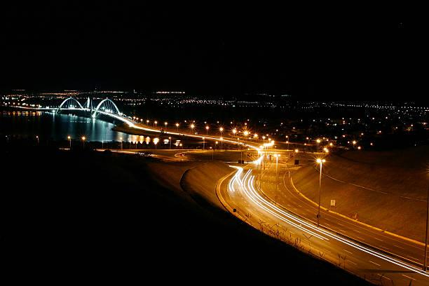 Brasília's JK ponte à noite, Brasil - foto de acervo