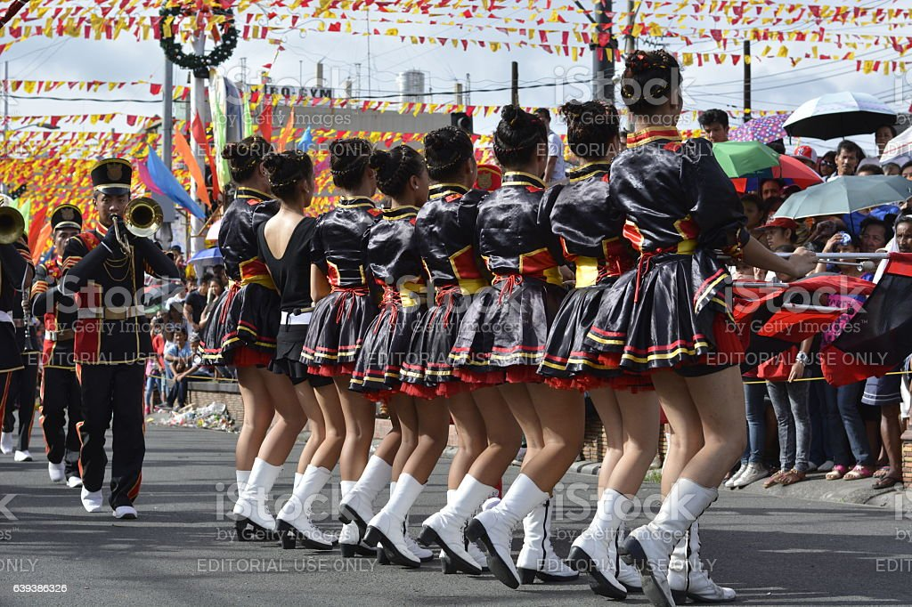 Brass band majorettes synchronized marching - foto de stock