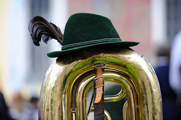 brass-band-musik in bayern - bayerische tracht stock-fotos und bilder